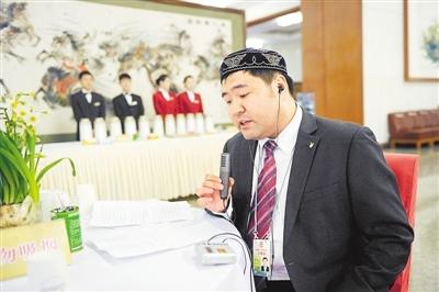 人民大会堂,中央人民广播电台民族中心哈语部记者夏力哈尔在报道